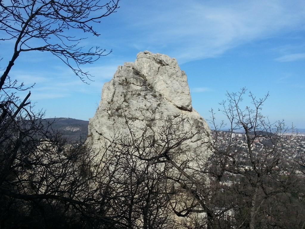 Váci tűzoltók mentették ki a sziklákon ragadt túrázókat