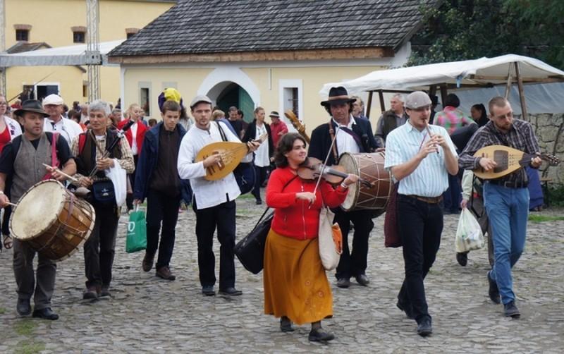 Szentendrén gyűlnek össze a Kárpát-medence táncházzenészei