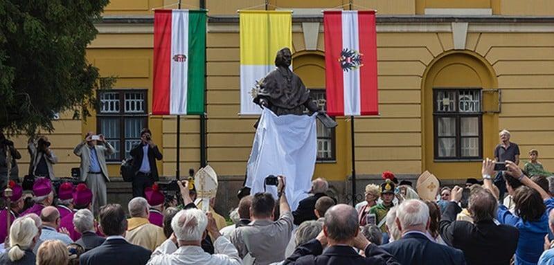 Szobrot emeltek Vácott a városépítő püspöknek