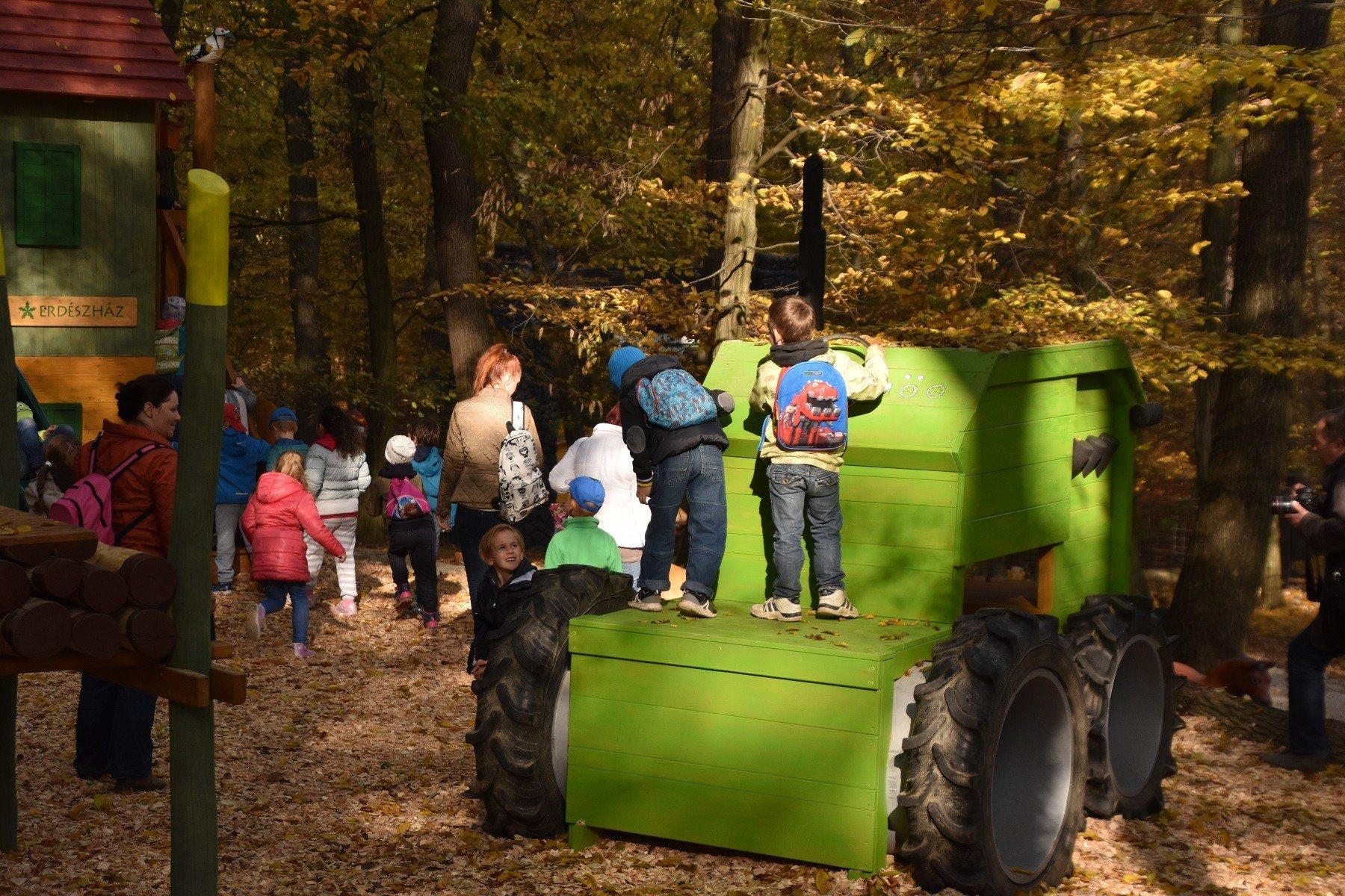 Fatraktoron erdészkethetnek a gyerekek a Vadasparkban