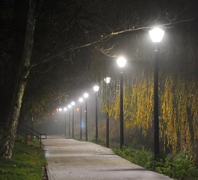 Közel 3 kilométer hosszan világítják ki a csepeli Kis-Duna partját