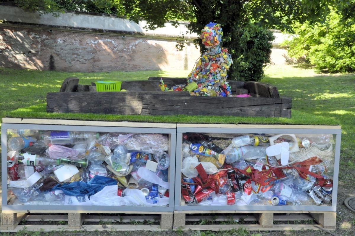 Hulladékszobrokkal hívják fel a figyelmet a környezetvédelemre