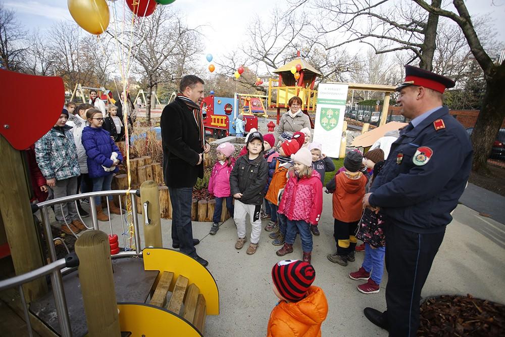 Tűzoltós játékokat telepítettek a főváros egyik legrégebbi játszóterére