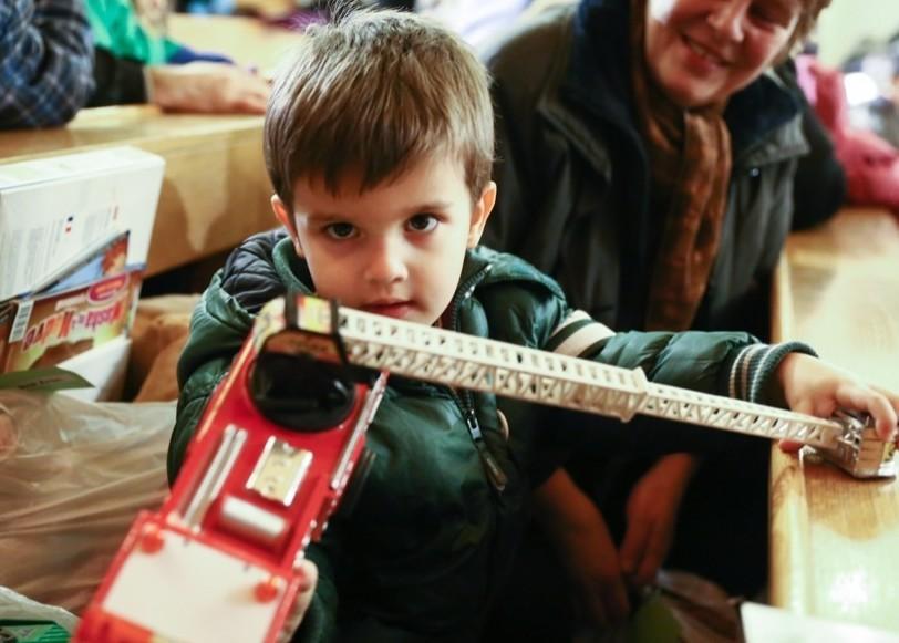 250 rászoruló gyerek kapott névre szóló ajándékot