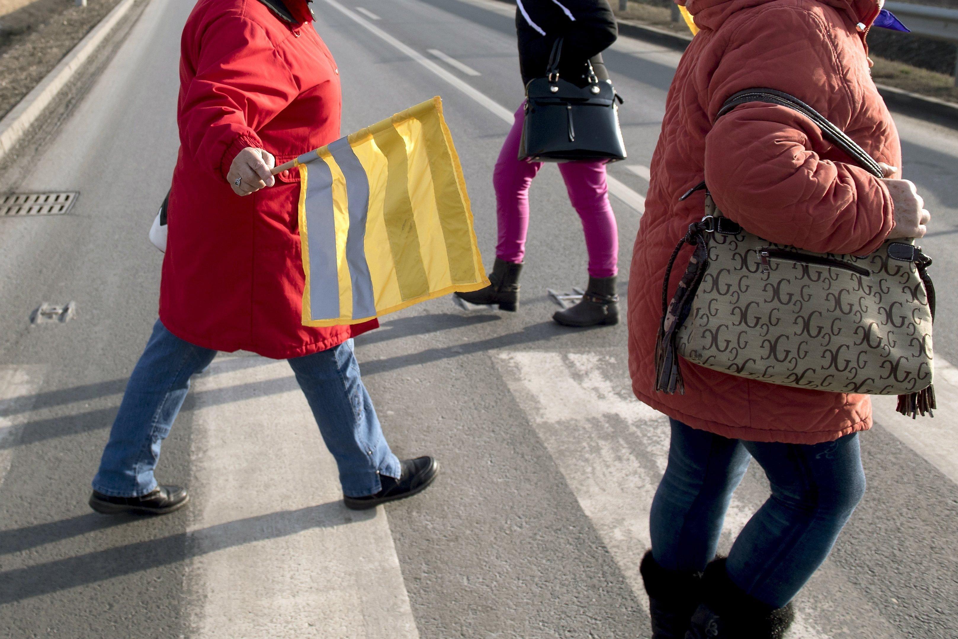 Zászlós zebrákkal védekeznek a gyalogosok a baleset ellen