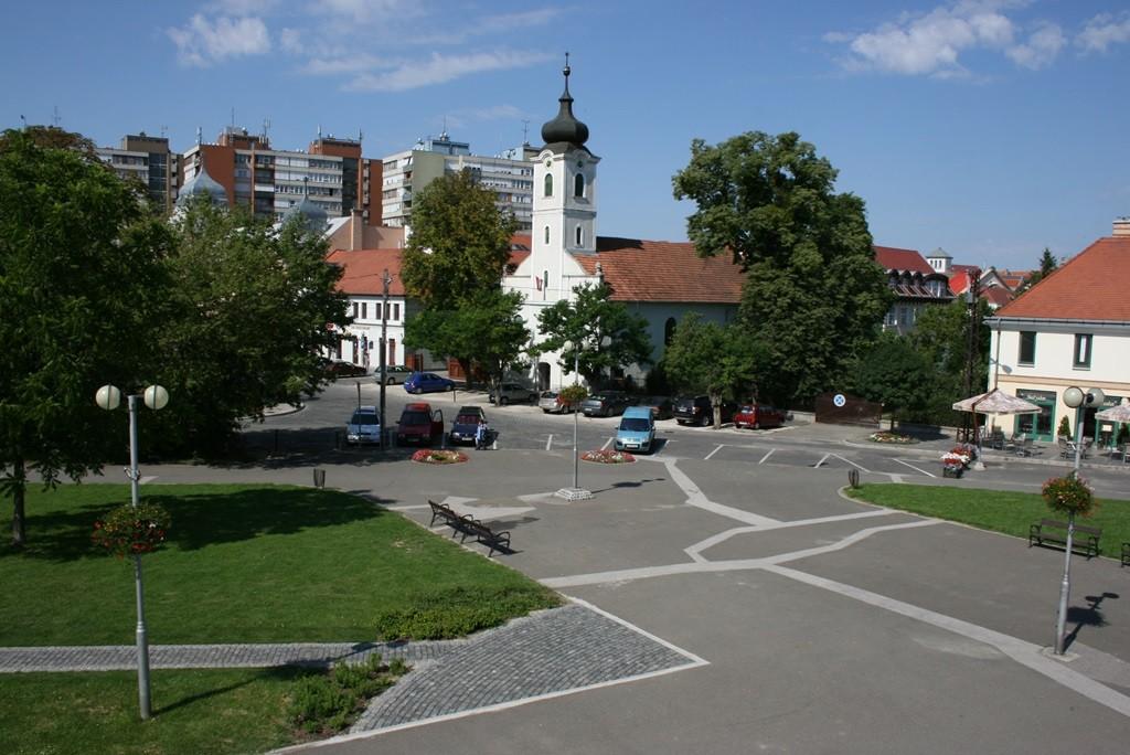 Függőágyakkal és új fákkal szépül meg Gödöllő főtere