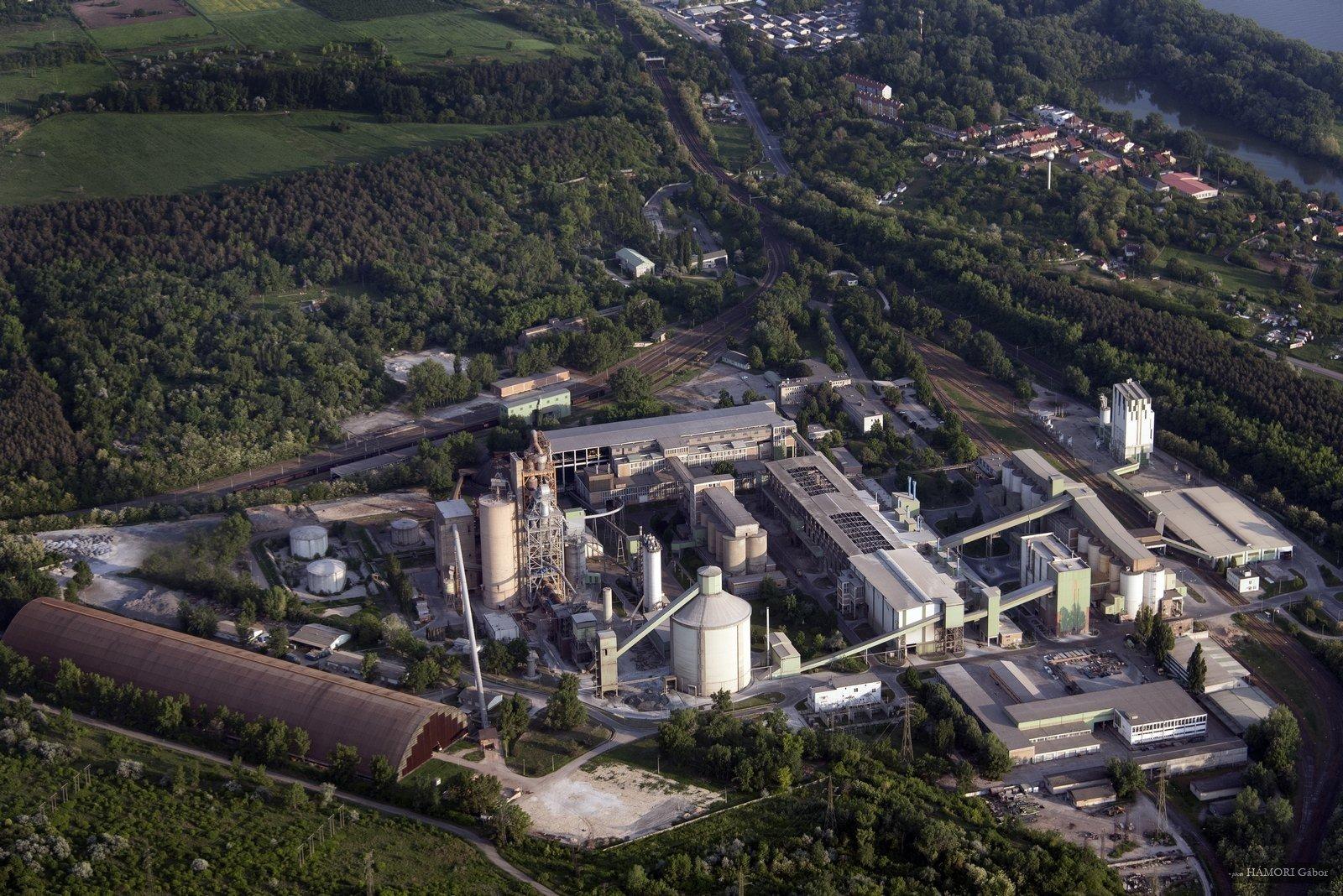 Hétmilliárdos fejlesztésével lekörözte a kibocsátási előírásokat a váci cementgyár