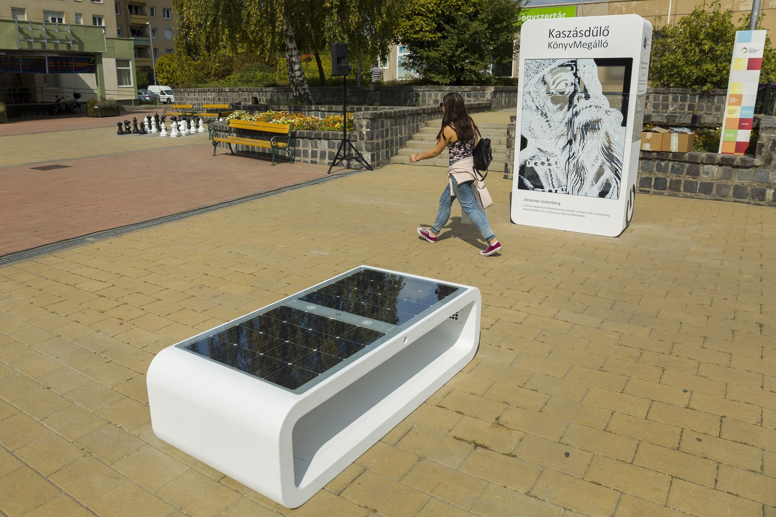 Wifivel ellátott okospadot kapott Óbuda közterülete