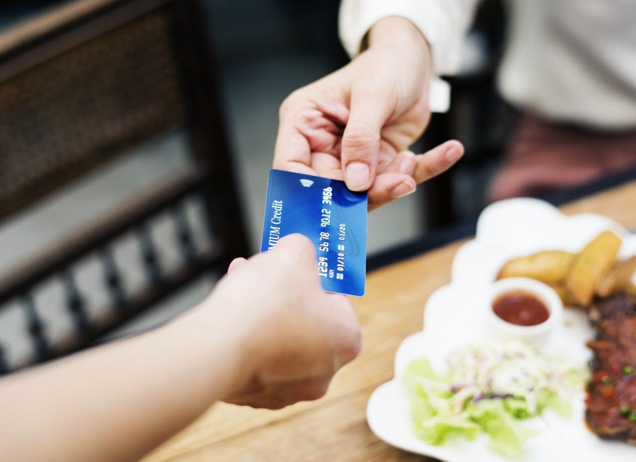 Búcsút inthetünk a kódoknak: jön az ujjlenyomatos bankkártya