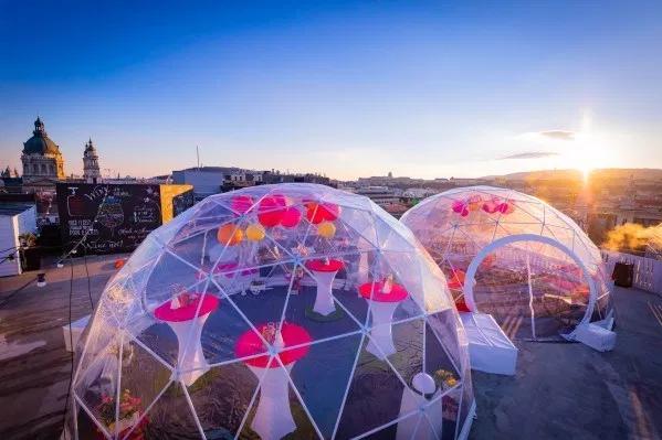 Különleges buborékbár nyílt meg Budapest felett