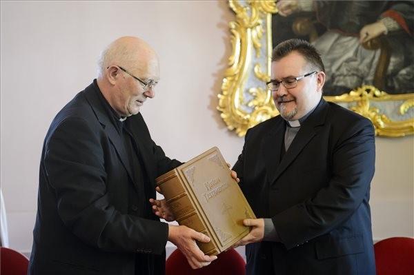 Minden egyházmegye kap egy példányt a kézzel másolt Bibliából