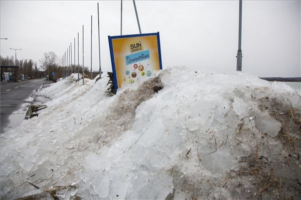 Brutális jégcunami pusztít a Balaton partján