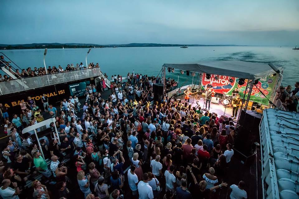 Az Alma együttes ad kompkoncertet a Balatonon
