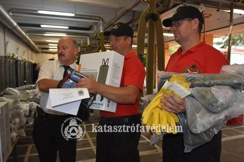 Korszerű eszközöket kaptak a balatoni üdülőkörzet tűzoltó egyesületei