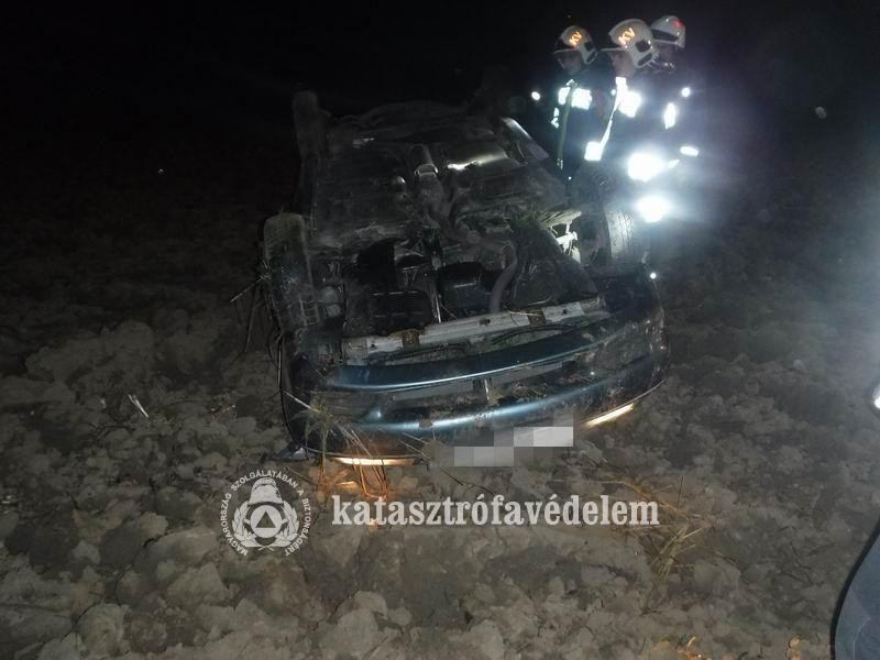 A szántóföldre repült egy autó Magyaratádnál