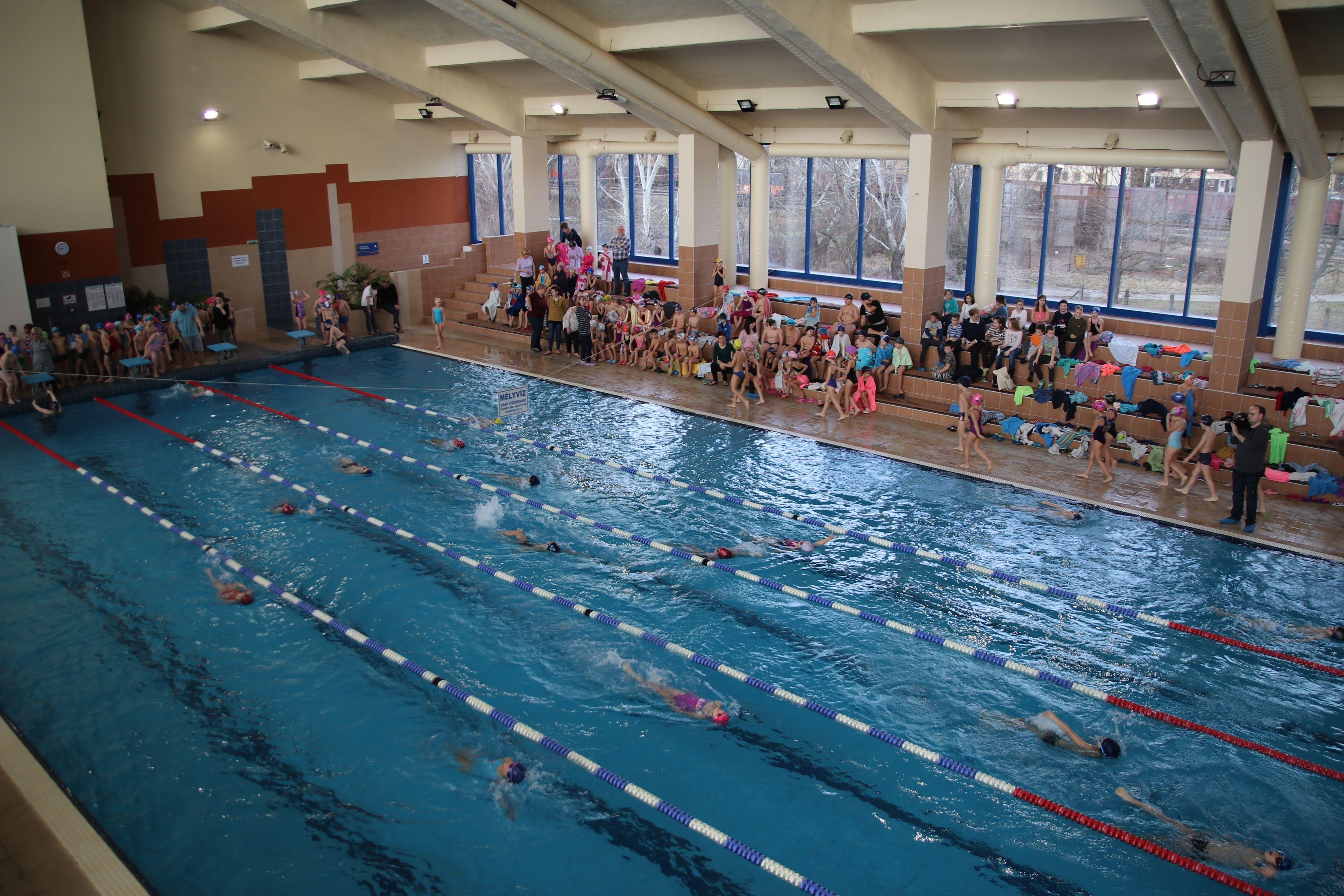 Újabb kisiskolások tanultak meg úszni Kaposvár támogatásával