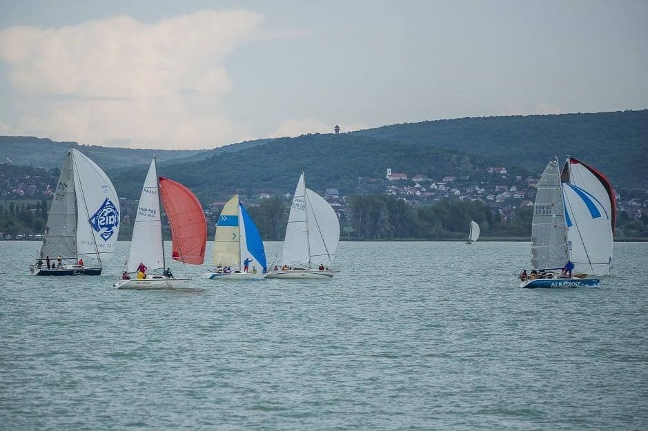 Megkezdődött a vitorlás szezon a Balatonnál