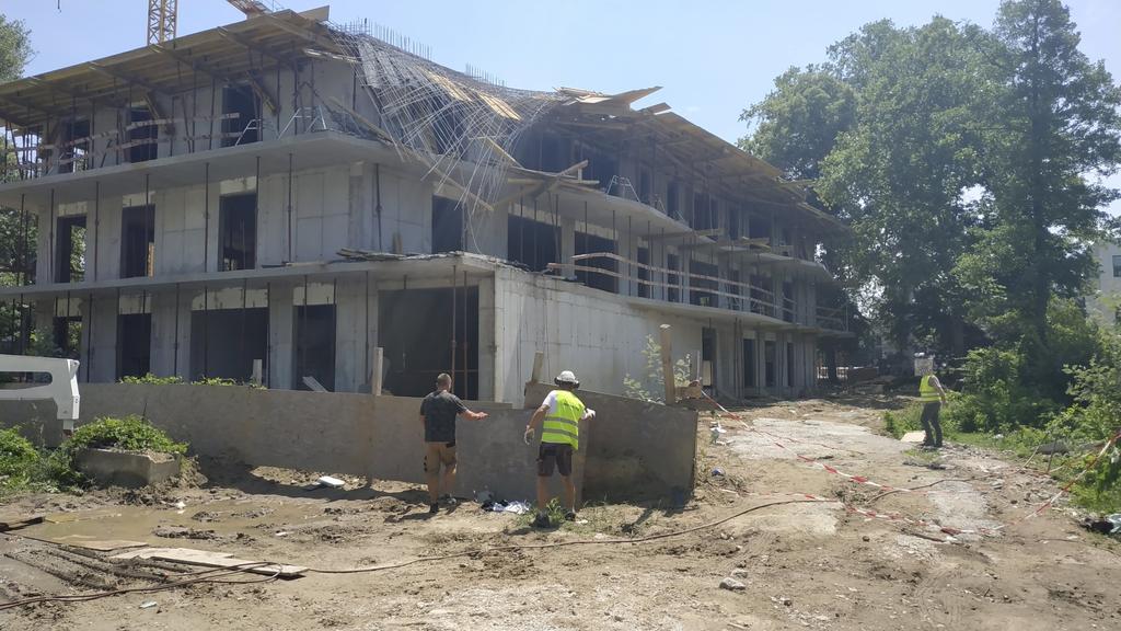 Beszakadt a tető egy balatonföldvári építkezésen, többen megsérültek