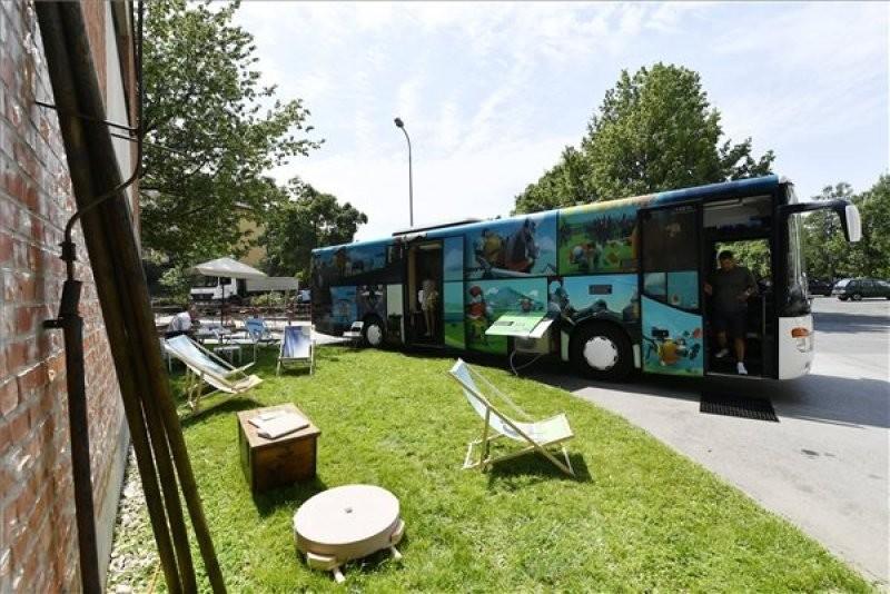 Szekszárdra érkezik a Petőfi Irodalmi Múzeum Arany János busza
