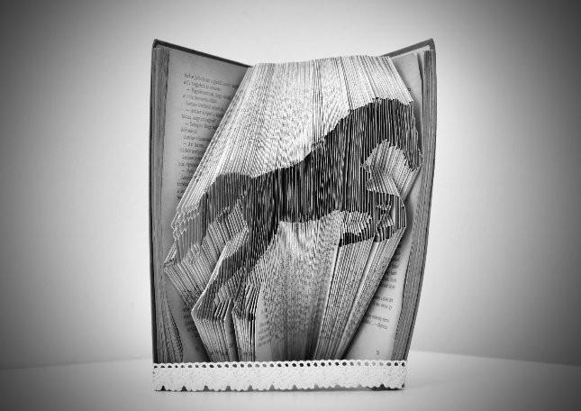 Könyvekből hajtogat szobrot egy fiatal tolnai lány