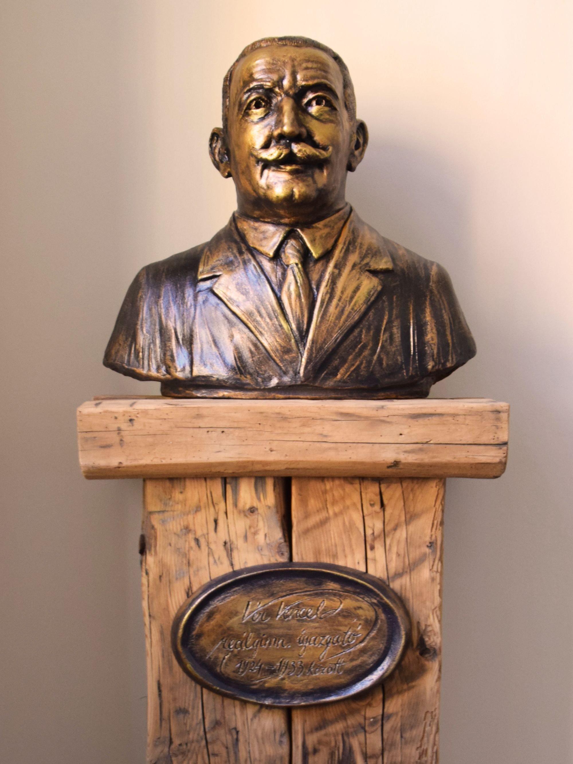 Egykori igazgatójuknak állítottak szobrot a dombóvári gimnáziumban