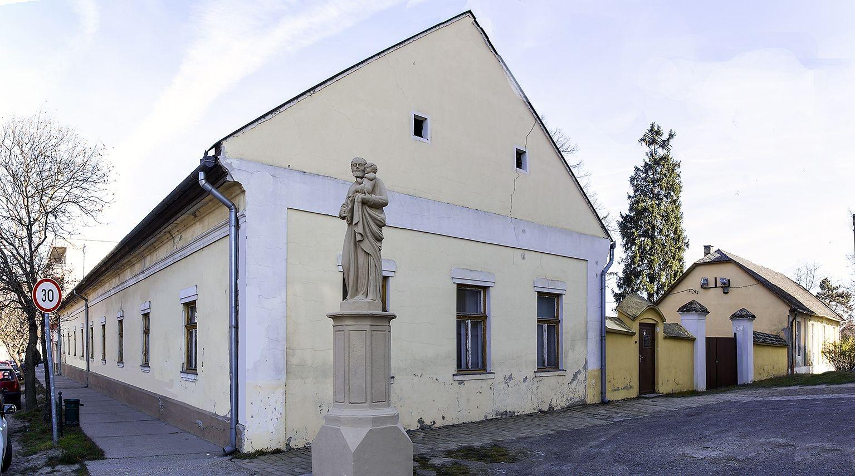Teljesen felújítják a tolnai plébánia épületét