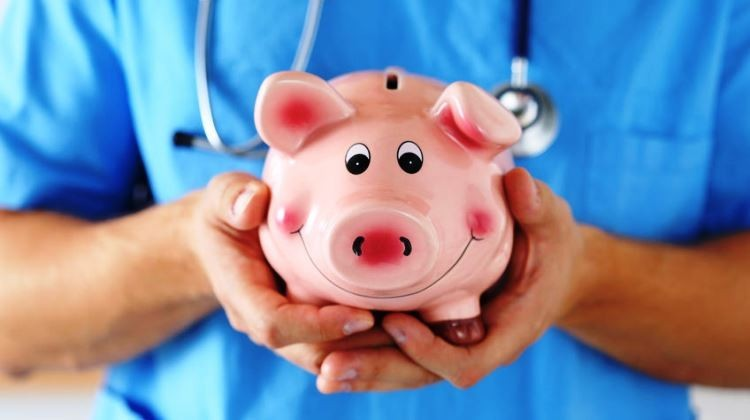 Előrehozzák az egészségügyi szakdolgozók novemberi béremelését