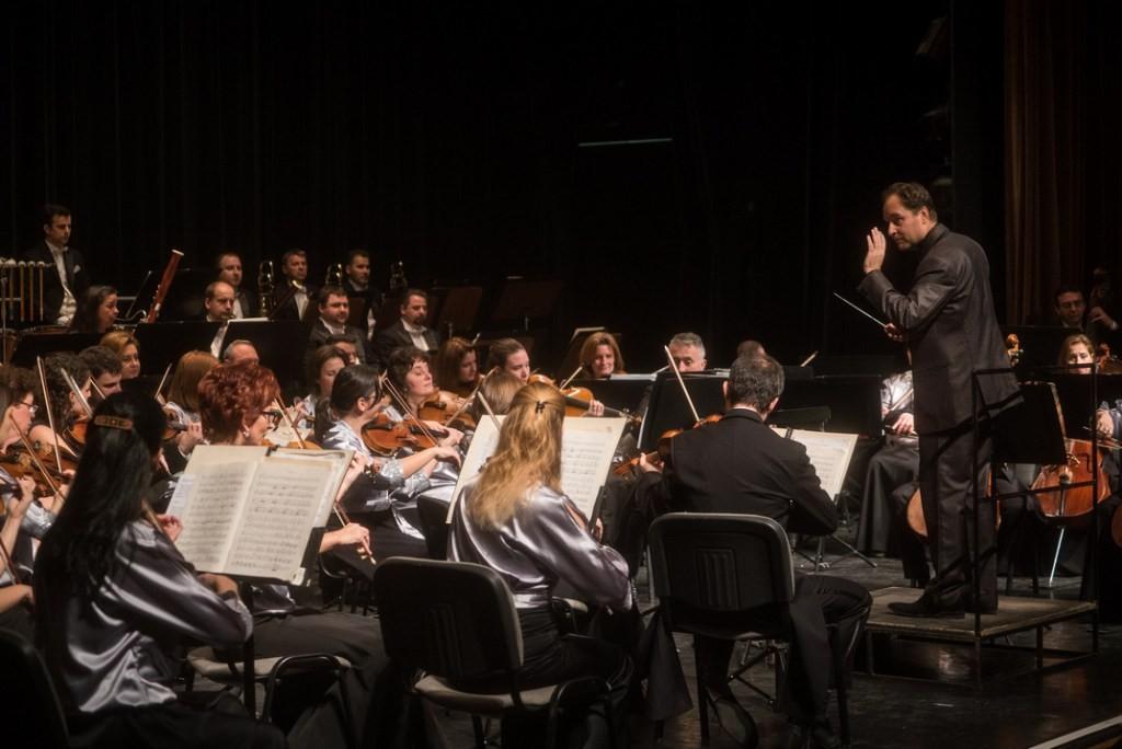 Fergeteges koncertet adott a Pannon Filharmonikusok Pakson