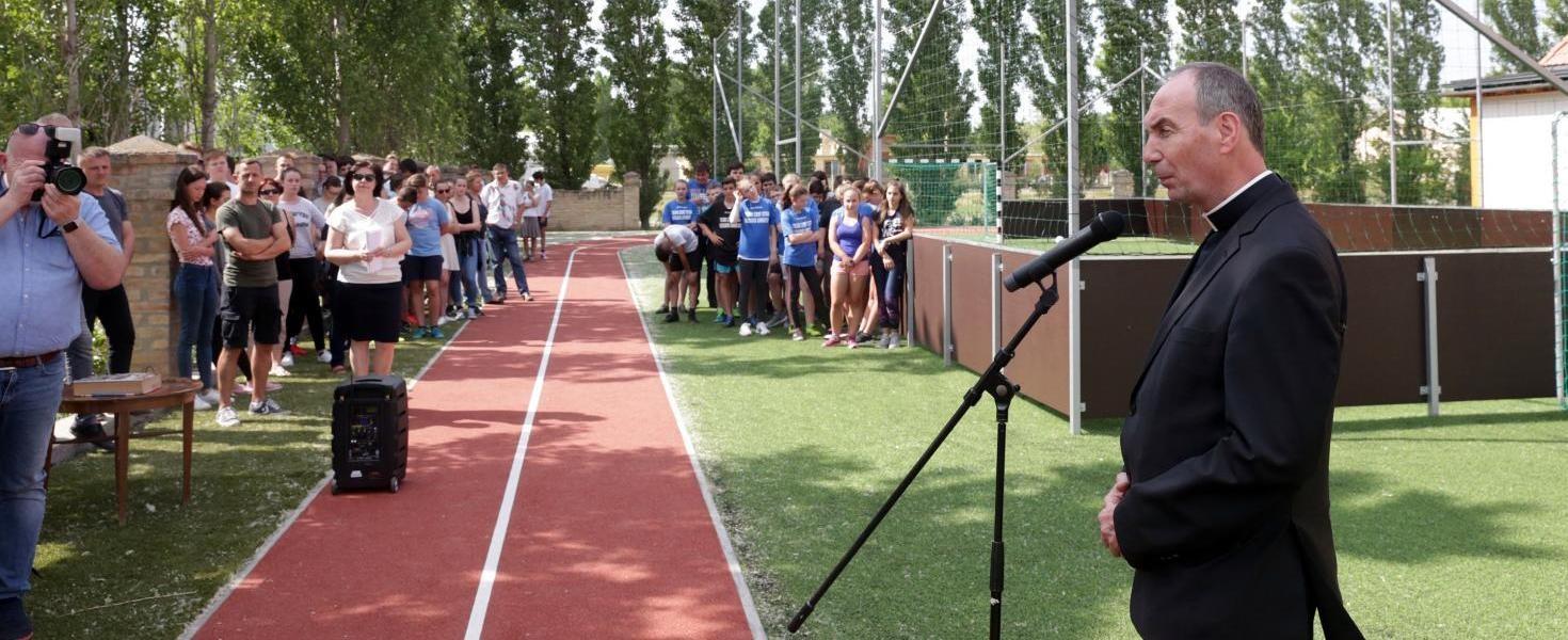 Püspök áldotta meg a Tolna új gimis sportpályát
