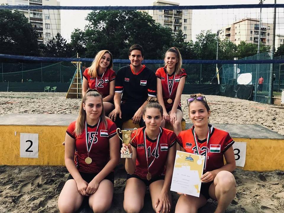 Országos bajnok a szekszárdi Perczel szakképző iskola lány röplabda csapata