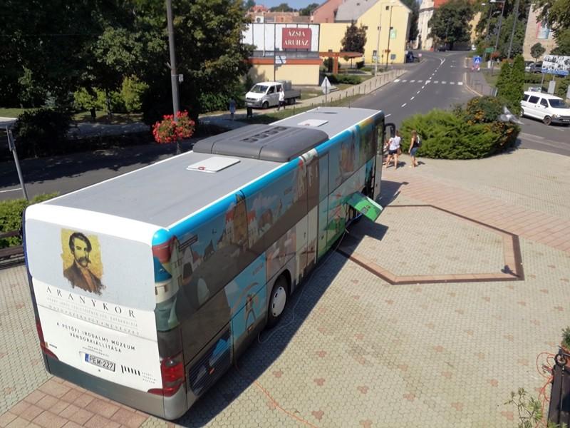"""Leparkolt Bonyhádon az """"Arany 200 busz"""""""