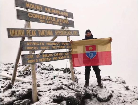 Kikerült Paks zászlaja a Kilimandzsáróra - videó