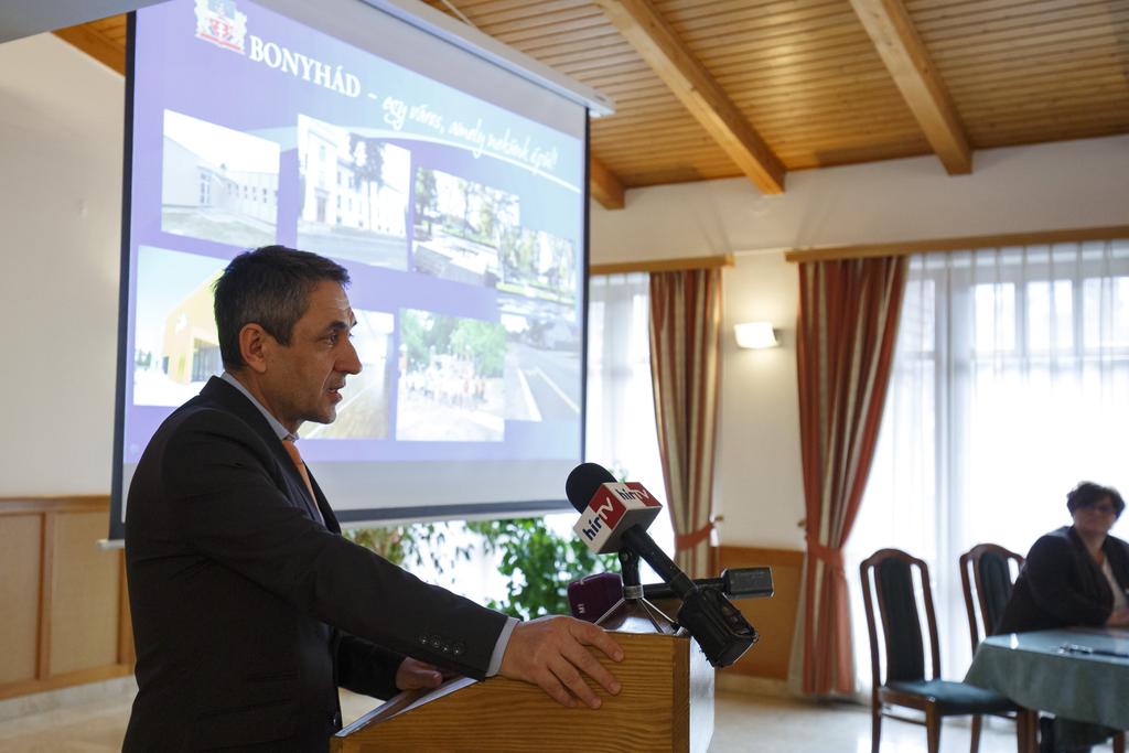 Másfél milliárd forintos támogatással fejlesztenek sportlétesítményeket Bonyhádon