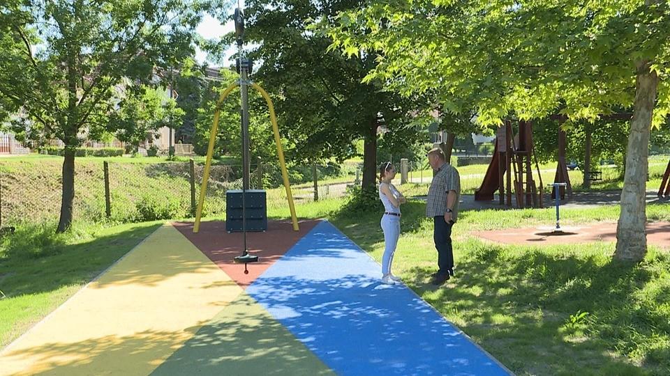 Két játékkal gazdagodott Dunakömlődön a focipálya mellett lévő játszótér
